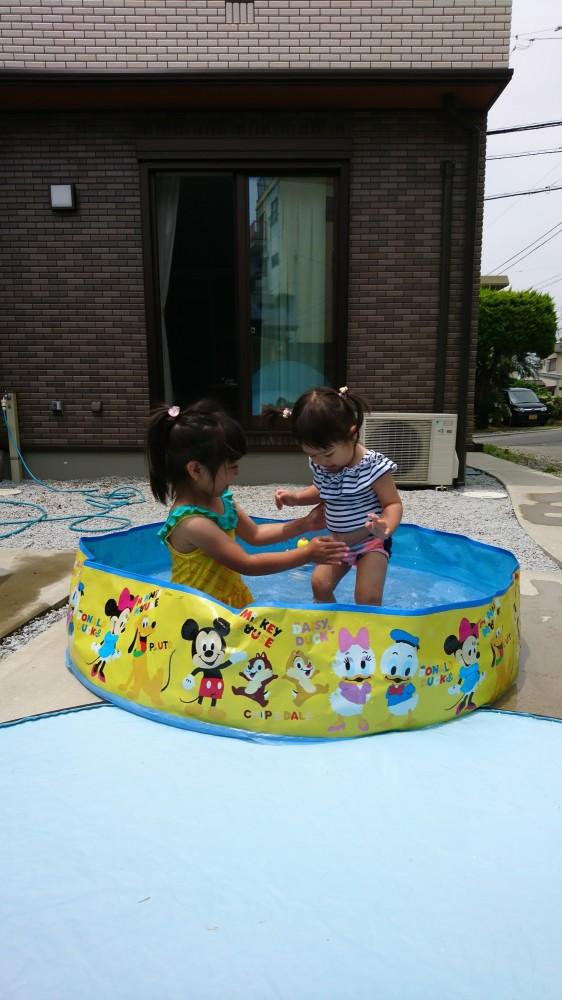 水遊びが大好きな姉妹。おもちゃを浮かべていつまでも遊んでいます