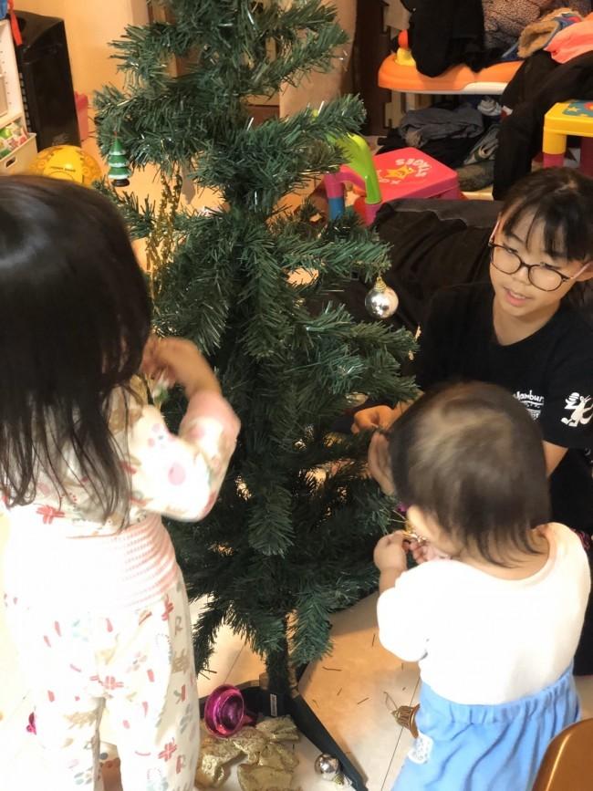 みんなで飾り付けしたツリーを眺めて、一年を振り返ります