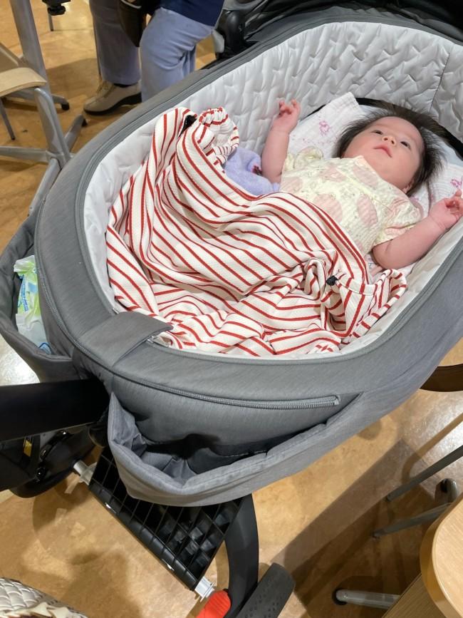 赤ちゃんの足元、ママの手元にくる部分に大きなポケットがふたつあります