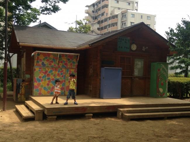 普段遊んでいる公園にない手作りの遊具に、ウキウキな子供たち